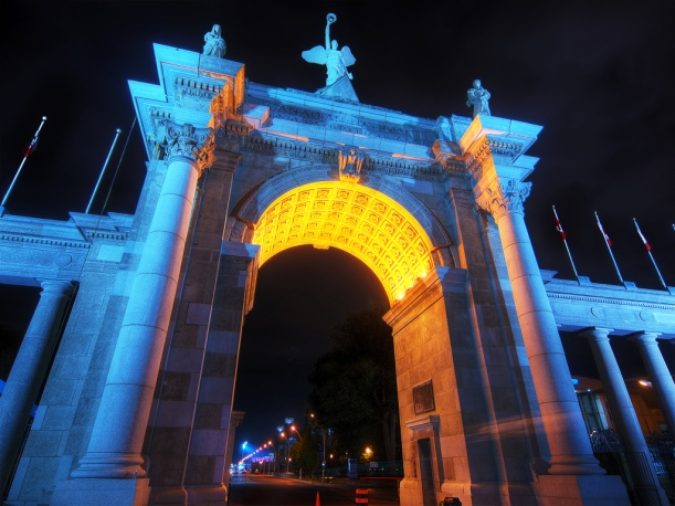Princes_Gate_at_night