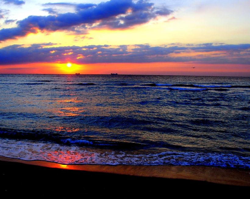 Easter-sunrise-south-beach-miami-04-08-2007-by-tom-schaefer-miamitom-for-wikipedia-03